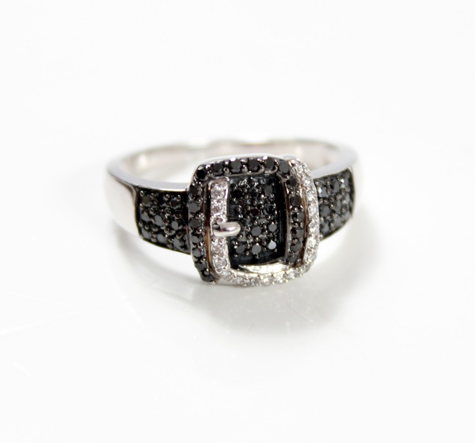 18 krt Witgouden ring. Black & White diamonds.