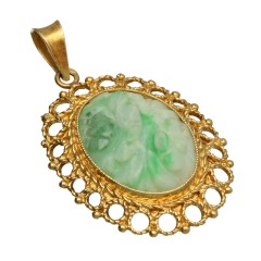 14 Krt gouden hanger met bewerkt jade.